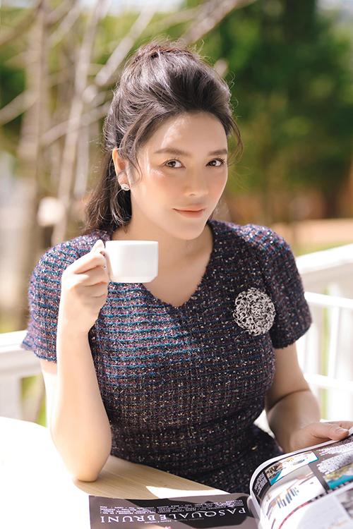 Đầm cocktail thiết kế trên vải tweed sang trọng, phù hợp với xu hướng mùa thu cũng được Lý Nhã Kỳ cập nhật cho tủ đồ.