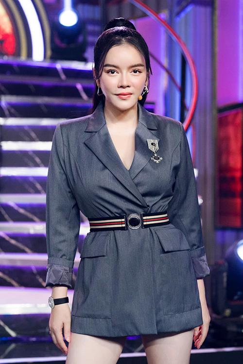 Để giúp mình ghi điểm về phong cách thời trang và tôn dáng hiệu quả khi tham gia ghi hình, Lý Nhã Kỳ khai thác tối đa công năng của các mẫu váy ngắn.