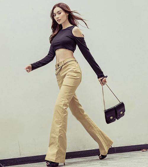 Áo cut-out kiểu dáng độc đáo được Lan Ngọc sử dụng cùng quần ống loe. Bộ phụ kiện đồng điệu sắc đen được nữ diễn viên chọn lựa để mang lại bố cục ưa nhìn.