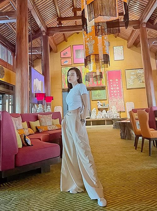 Cao Thái Hà chọn quần suông ống rộng, giày thể thao trắng để mix cùng mẫu áo rút dây kiểu dáng độc đáo.