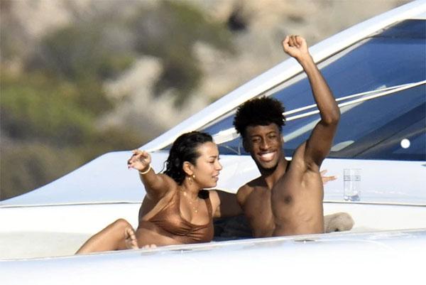 Tiền vệ Bayern Munich trông đầy phấn khích khi tắm nắng trên du thuyền cùng vợ sắp cưới