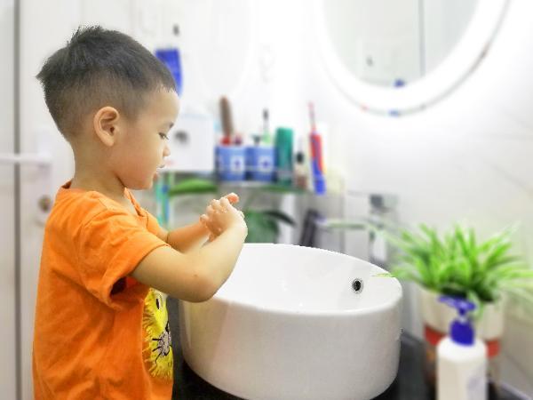 Hàng ngày, chị Yến luôn hướng dẫn con rửa tay bằng xà phòng.