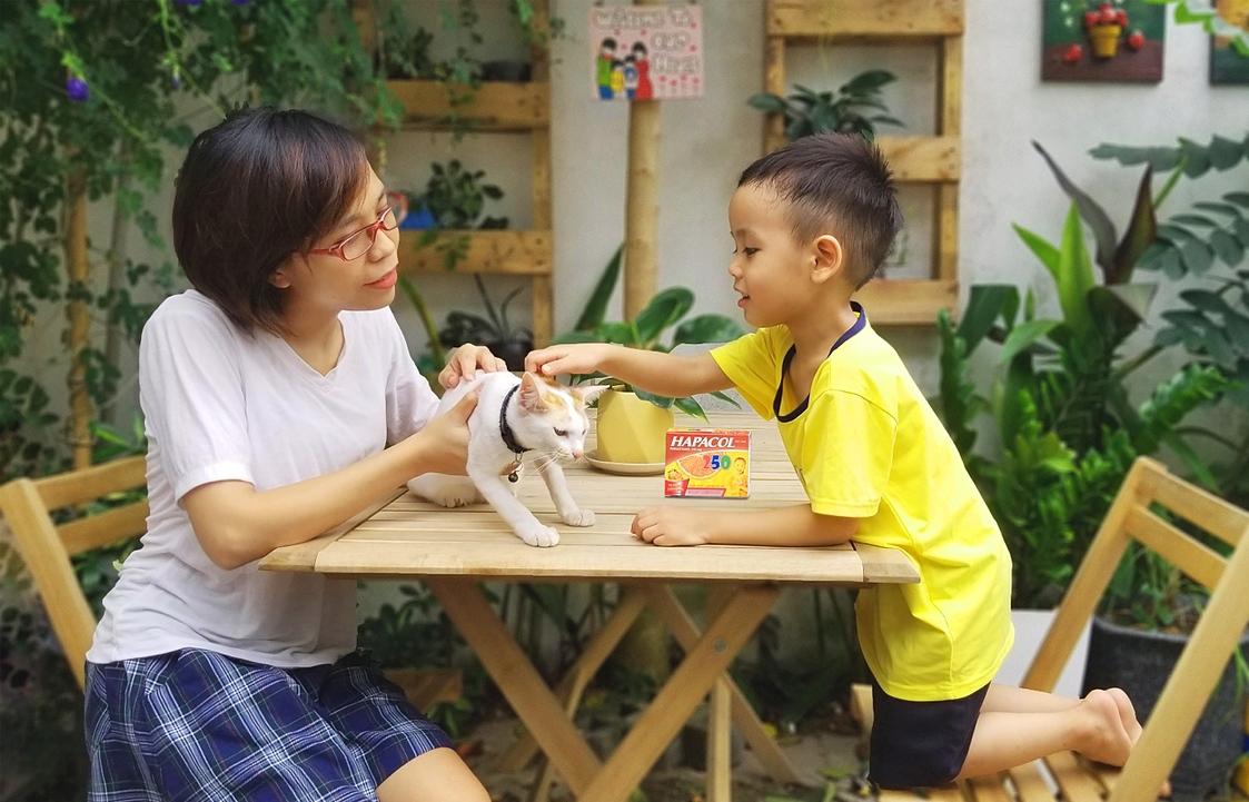 Trong tủ thuốc của gia đình chị Yến luôn trang bị thuốc hạ sốt.