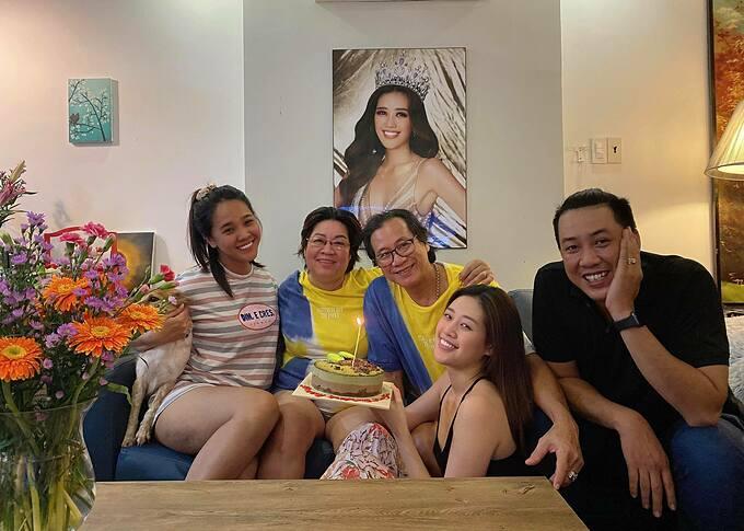 Hoa hậu Khánh Vân cùng mẹ và vợ chồng anh trai chúc mừng sinh nhật bố.
