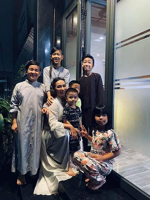 Vừa về đến nhà, ca sĩ Phi Nhung đã được các con nuôi ùa ra chào đón.