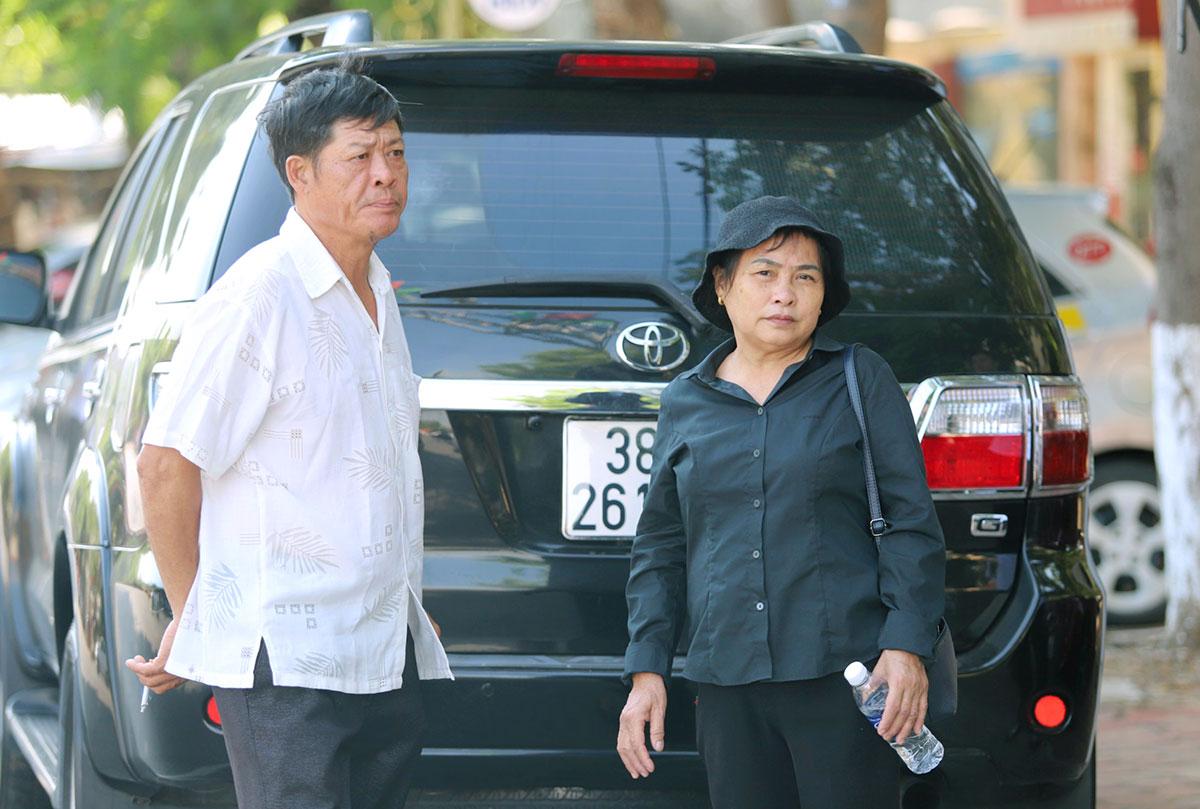 Ông Phạm Văn Thìn (bên trái, bố nạn nhân Trà My) cùng vợ trước cổng TAND Hà Tĩnh. Ảnh:Đức Hùng