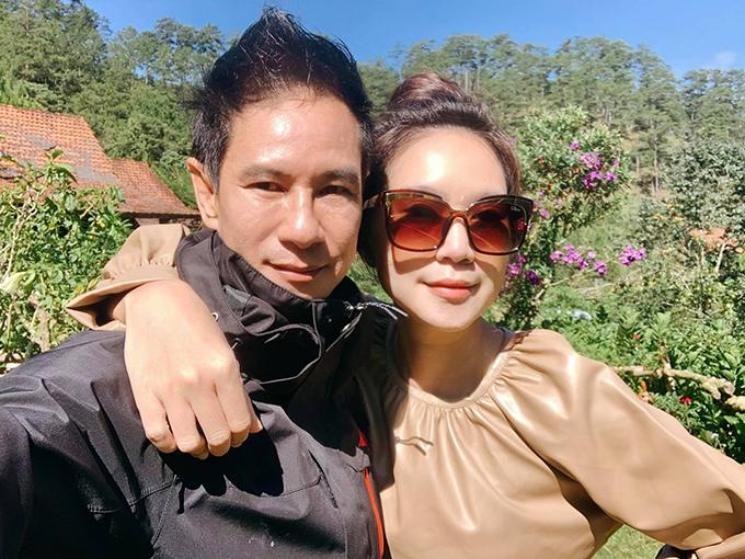 Lý Hải - Minh Hà lên Đà Lạt nghỉ dưỡng những ngày cuối hè. Hai vợ chồng check in làng Cù Lần - khu du lịch độc đáo ở Lâm Đồng với nhiều khu mô phỏng cuộc sống của đồng bào dân tộc từ xa xưa.