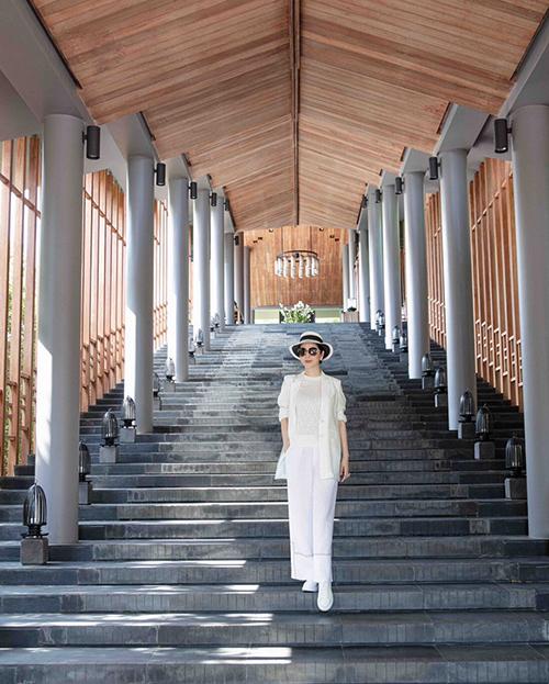 Giáng My lại chọn nghỉ ngơi ở resort trăm triệu tại Ninh Thuận. Hoa hậu đền Hùng thảnh thơi đi dạo trong vườn cây, khám phá cảnh vật, học nấu ăn, bơi lội và tập yoga bên bể bơi.