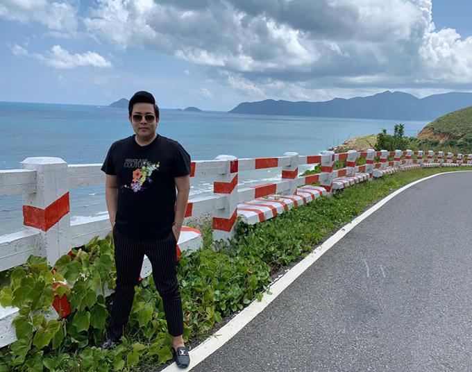 Ca sĩ Quang Lê ghé thăm Côn Đảo. Anh chia sẻ: Tuyệt đẹp, lần đầu Quang Lê đến đây mà vấn vương lắm. Ngắm biển rừng xanh ngây ngất mê ly, buổi sáng hít khí trời trong lành làm lòng nhẹ nhàng hơn.