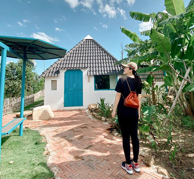 Bảo Thy dành trọn mùa hè để du lịch biển nhưng lần này, công chúa bong bóng lại lựa chọn một hòn đảo lạ, ít người biết ở Bình Thuận. Đảo Đào Hoa là hòn đảo nằm trong hệ thống những đảo nhỏ của hồ Hàm Thuận, thuộc xã Đa Mi, huyện Hàm Thuận Bắc, tỉnh Bình Thuận. Nơi đây khó xác định vị trí trên bản đồ, du khách sẽ phải tự thuê thuyền máy hoặc ca nô của người dân địa phương để di chuyển tới đây vì dịch vụ chưa phát triển.