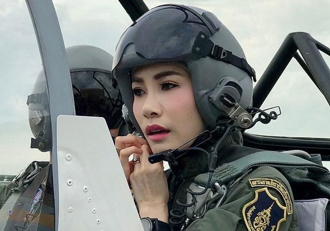 Hoàng quý phi Sineenat Wongvajirapakdi khi còn phục vụ trong không quân hoàng gia Thái Lan. Ảnh: Reuters.