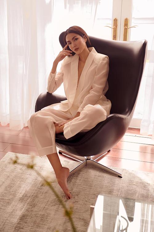 Trang phục Tăng Thanh Hà sử dụng là mẫu thiết kế mới của Nguyễn Công Trí. Bộ suit gây ấn tượng bởi cách xử lý chất liệu tài tình và bắt trend nhanh nhạy của nhà mốt Việt.