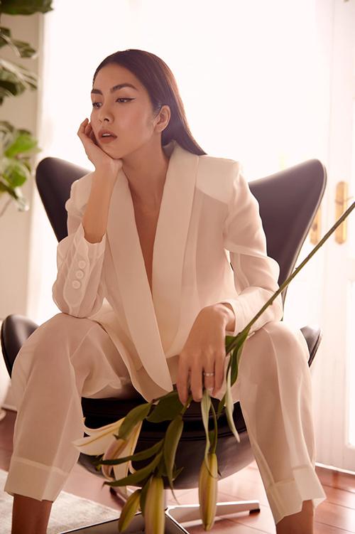 Suit trong suốt được mix chất liệu một cách tinh tế để mang tới nét trang nhã và không kém phần cuốn hút cho Tăng Thanh Hà.