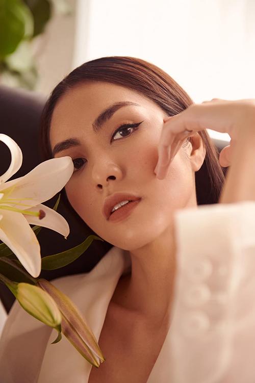 Diện suit được thiết kế trên các mẫu vải organza, vải trong suốt là xu hướng đang được các nhà mốt thế giới lăng xê. Tăng Thanh Hà là người đẹp đầu tiên của showbiz Việt thể hiện mốt này.