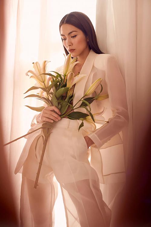 Khán giả vốn quen với hình ảnh Tăng Thanh Hà dung dị trong những set đồ tối giản, vì thế tất cả đều bất ngờ khi ngọc nữ điện ảnh Việt khoe dáng cùng suit hiện đại.