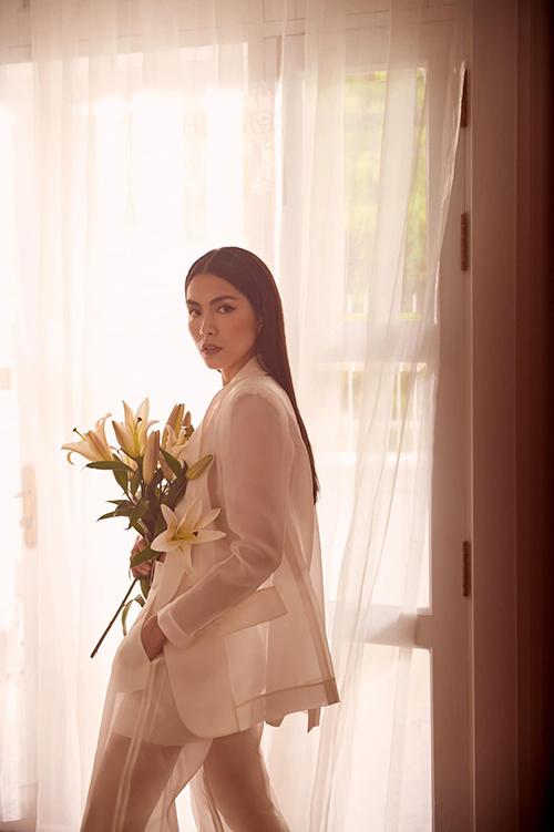 Tăng Thanh Hà nhận được nhiều lời khen ngợi từ fan và bạn bè đồng nghiệp khi khoe hình ảnh diện suit kiểu cách và khoe dáng bên hoa ly.