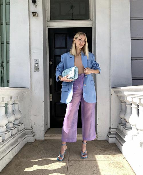 Quần suông trong suốt tông tím hot trend được Leonie Hanne mix màu ăn ý cùng blazer xanh dương và áo màu nude kích thích thị giác.