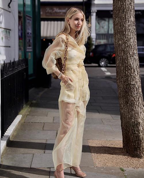 Từ mùa mốt 2019, cách diện suit trong suốt được fashioista Leonie Hanne lăng xê nhiệt tình tại các tuần lễ thời trang. Nhờ những bộ cánh bắt mắt, cô luôn xuất hiện trong top sao mặc đẹp trong loạt street style tại fashions week.