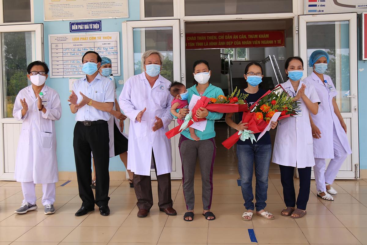 Hai bệnh nhân 861 và 833 xuất viện. Ảnh: Hà Thương