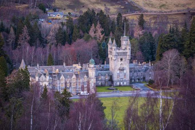 Lâu đài Balmoral ở Scotland, nơi nghỉ hè hàng năm của Nữ hoàng và các con cháu. Ảnh: Alamy.