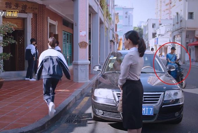 Ở tập 7, khi mẹ của Tề Minh Nguyệt mời ba anh em Tiêm Tiêm đi ăn, phía xa có sự xuất hiện của một xe ship đồ ăn. Khán giả chỉ ra thương hiệu ship đồ ăn này ra đời năm 2013 - ba năm sau so với bối cảnh của câu chuyện trong phim.