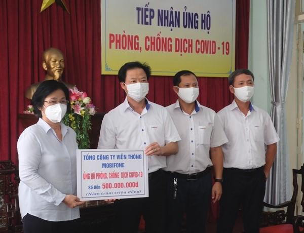 MobiFone trao 500 triệu ủng hộ TP Đà Nẵng trước làn sóng Covid-19 thứ hai.