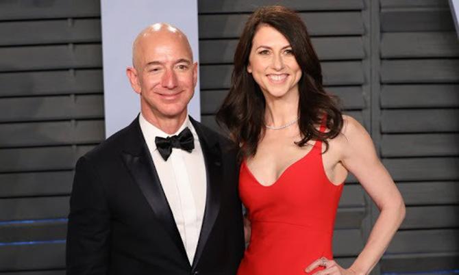 Jeff Bezos và MacKenzie Scott thời còn mặn nồng. Ảnh: Reuters.