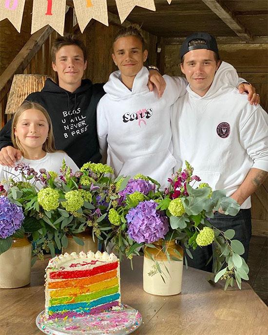 Vic chia sẻ ảnh 4 đứa con và gửi lời chúc mừng sinh nhật con trai thứ hai tròn 18 tuổi. Bà Becks cũng đăng tải video tổng hợp những khoảnh khắc đáng nhớ của Romeo.