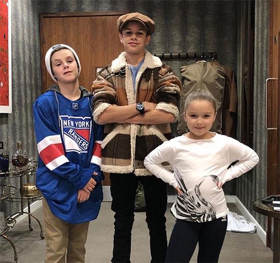 Cruz, Romeo và cô em Harper ở bên nhau trong thời gian cả nhà cô lập ở Anh vì đại dịch trong khi anh trai Brooklyn ở Mỹ với bạn gái Nicola Peltz.
