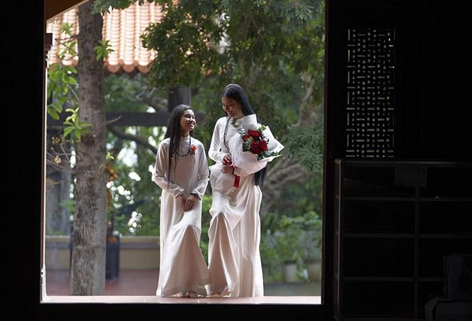 Trương Thị May và em gái diện áo dài trắng đi lễ chùa và chuẩn bị hoa tặng mẹ.