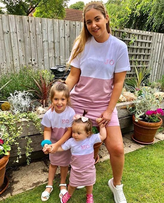 Hai con gái của diễn viên 9X Jacqueline Jossa đều mặc váy giống mẹ nhưng thêu chữ theo tên mình.