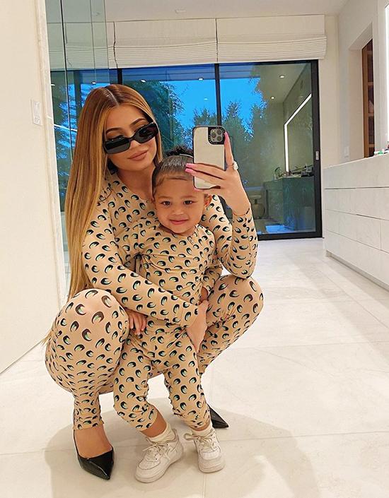 Xu hướng chọn váy áo đồng điệu cho mẹ và con được nhiều người đẹp Hollywood hưởng ứng, trong đó có ngôi sao truyền hình thực tế Kylie Jenner.
