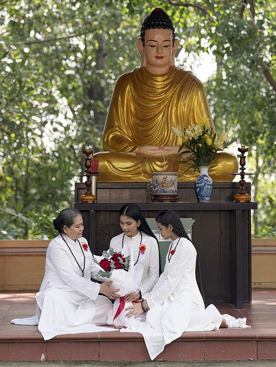 Chị em Trương Thị May cùng mẹ quây quần dưới tượng Phật Tổ. Á hậu các dân tộc 2007 ăn chay trường hơn 20 năm nay. Gia đình cô các thành viên đều là Phật tử. Năm 2014, Trương Thị May được vinh danh Ngôi sao ăn chay hấp dẫn nhất châu Á.