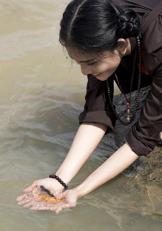 Á hậu thả cá phóng sinh trong ngày Rằm tháng Bảy.