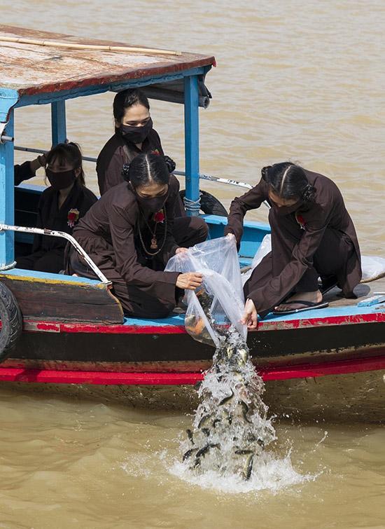 Trương Thị May hạnh phúc vì làm được nhiều việc ý nghĩa trong mùa Vu Lan năm nay.