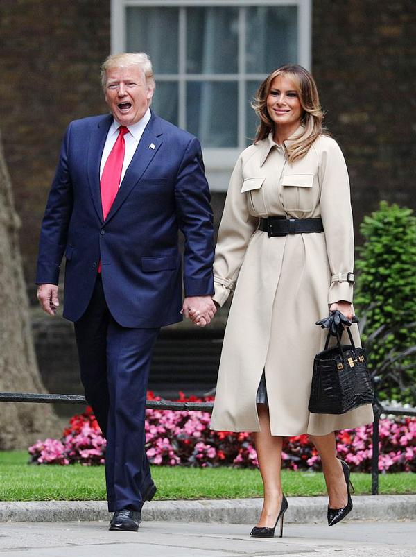 Tháp tùng ông Trump tới gặp vợ chồng Thủ tướng Anh Theresa May ở phố Downing hôm 4/6, bà Melania ghi điểm khi diện áo choàng Celine màu trung tính và xách túi Hermes Birkin da cá sấu xa xỉ.