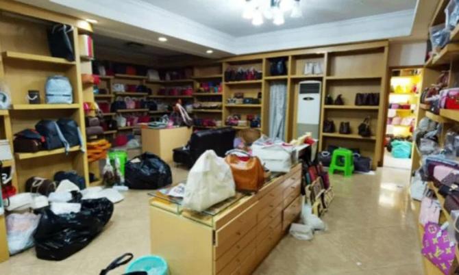 Kho chứa túi giả Louis Vuitton bị phát hiện tại Quảng Châu. Ảnh: Apple Daily.