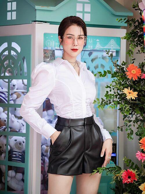 Diệp Lâm Anh khoe nhan sắc xinh đẹp của gái hai con khi khai trương thêm ba quán trà sữa mới.