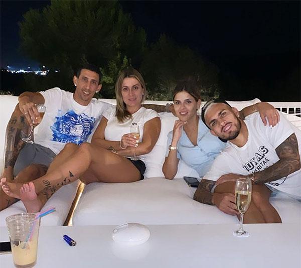 Vợ chồng Di Maria (trái) và Paredes đăng ảnh đi nghỉ cùng nhau tuần trước. Cả hai cầu thủ PSG đều nhiễm nCoV. Ảnh: Instagram.