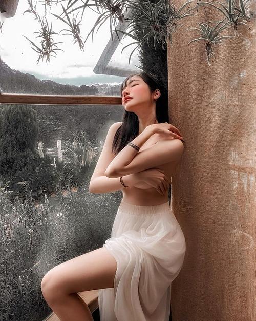 Elly Trần gợi cảm trong bức ảnh bán nude.