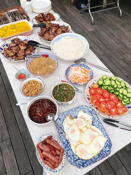 Tiệc cơm tấm tại nhà Tăng Thanh Hà.