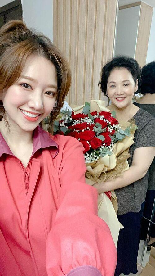 Hari Won dẫn mẹ đi làm tóc, ăn uống tại nhà hàng sang trọng và tặng hoa mừng sinh nhật mẹ.