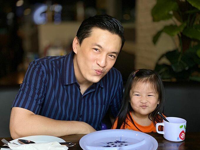 Ca sĩ Lam Trường hẹn hò với con gái.
