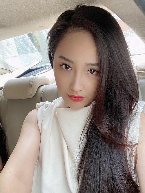 Hoa hậu Mai Phương Thúy chỉn chu, xinh đẹp dù bận rộn với công việc. Trước đó, người đẹp từng khiến fan thất vọng vì mặt mộc kém sắc, xuề xòa trên sóng livestream.
