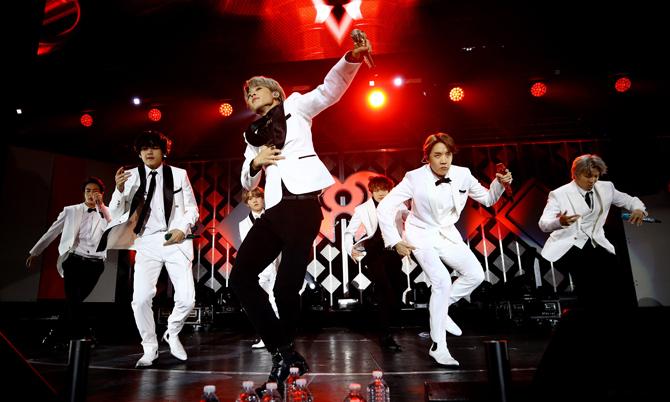 BTS trong chuyến lưu diễn ở ở Los Angeles, California, Mỹ hồi năm ngoái. Ảnh: iHeartMedia.