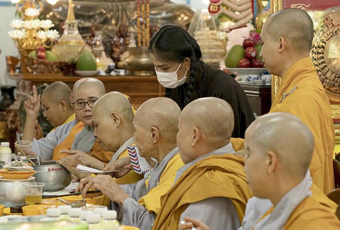 Trương Thị May tham gia lễ cúng chay, tặng gạo và hỗ trợ các tăng ni, sư thầy, sư cô đang sống trong chùa.