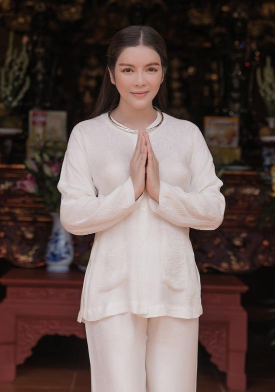 Ba tháng qua Lý Nhã Kỳ âm thầm xây dựng biệt phủ kiêm đền thờ gia đình ở quê nhà Vũng Tàu. Công trình kịp hoàn tất vào dịp rằm tháng Bảy đồng thời là lễ Vu Lan.