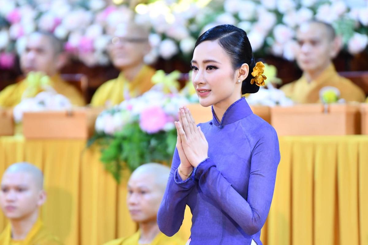 Trong lễ Vu Lan báo hiếu (ngày 2/9), Angela Phương Trinh diện áo dài tím, thành tâm cầu nguyện bình an cho gia đình. Hình ảnh của cô thành tâm hướng về Phật giáo sau thời gian dài vắng bóng showbiz khiến nhiều khán giả bất ngờ.