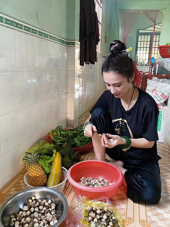 Người đẹp sẵn sàng vào bếp, phụ giúp chuẩn bị thực hiện những bữa cơm chay.