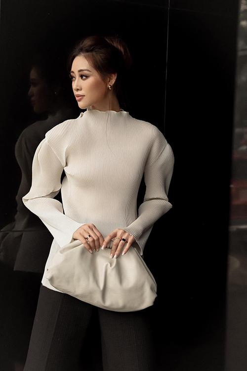 Xuống phố vào những ngày giao mùa, hoa hậu Khánh Vân chọn trang phục trắng - đen với thiết kế áo dập ly và quần suông thời thượng.